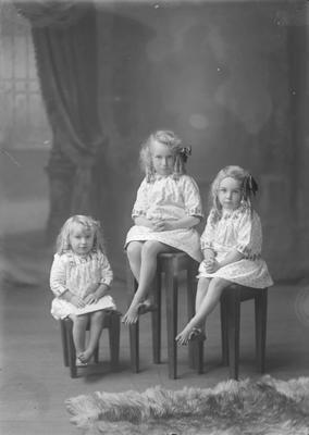 Three small girls - Panfrett