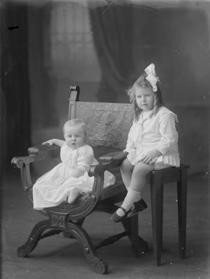 Small girl and baby - Powell