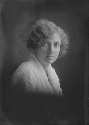 Portrait - young woman - Munroe