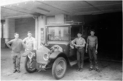 Vintage car outside Nolan's