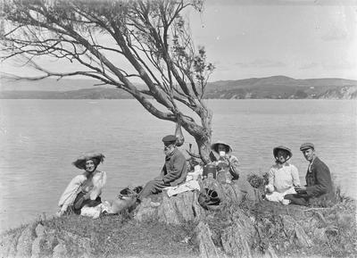 Picnic group at Raglan.