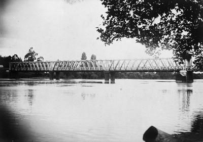 Waikato Railway Bridge and flour mill at Ngaruawahia during 1907 flood