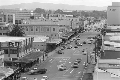 An elevated view of Victoria Street north of Alma Street