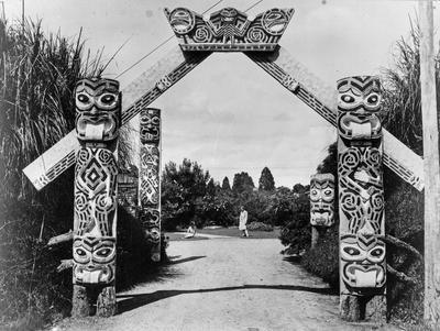 Carved gateway - River Road, Hamilton