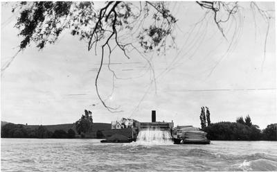 Rawhiti and barge on Waikato River at Churchill - Churchill school in background