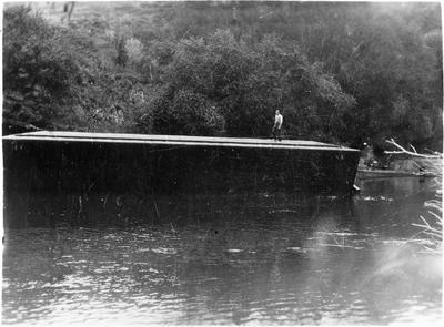Lifting sunken barge at Te Rore