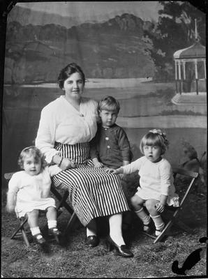 Winifred Brayshaw (nee Gillander) and children